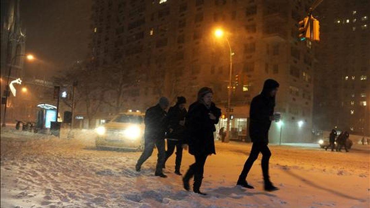 Peatones caminan sobre la nieve de las calles de la ciudad de Nueva York. EFE