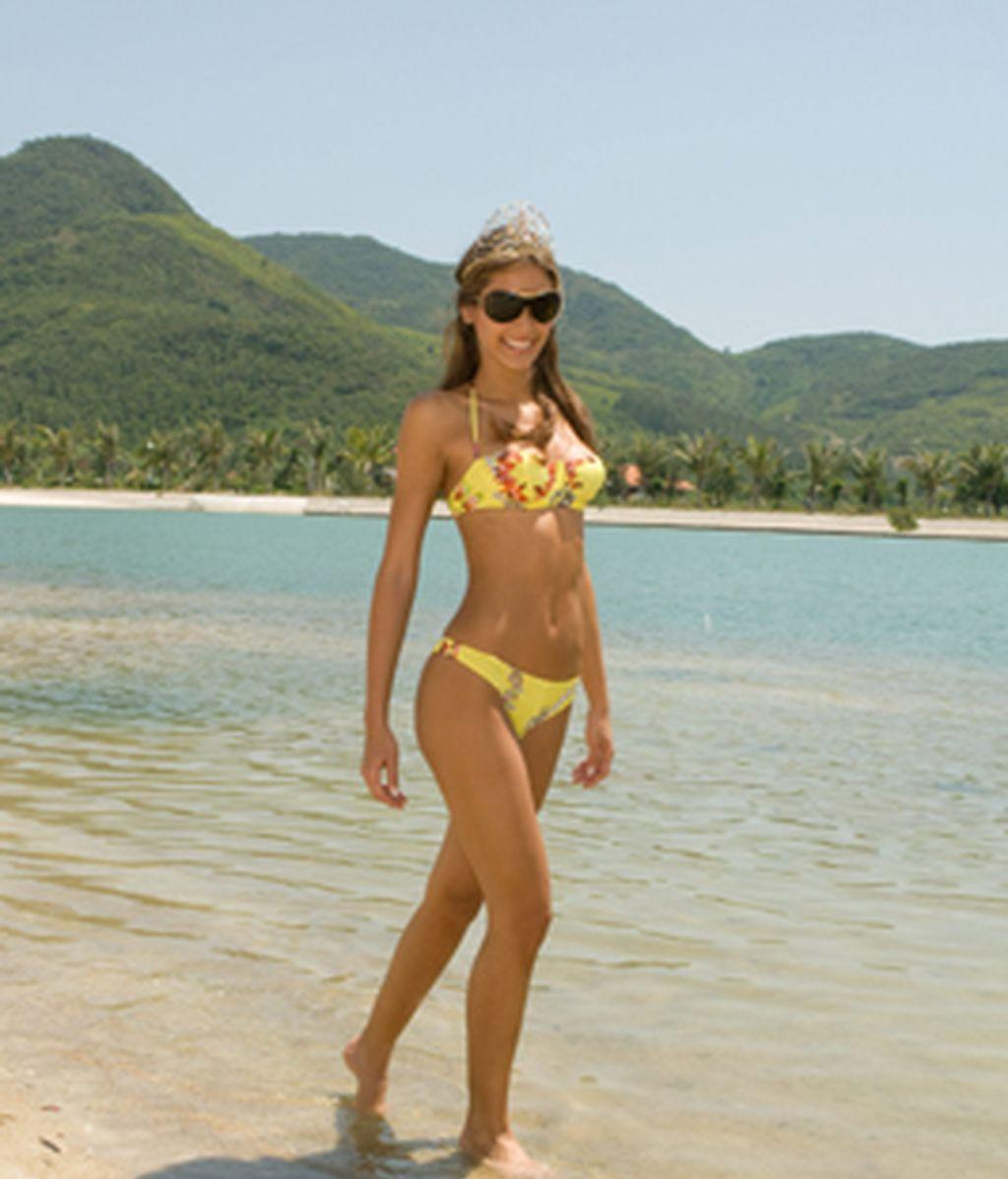 Miss Universo luce su corona en la playa de Vietnam