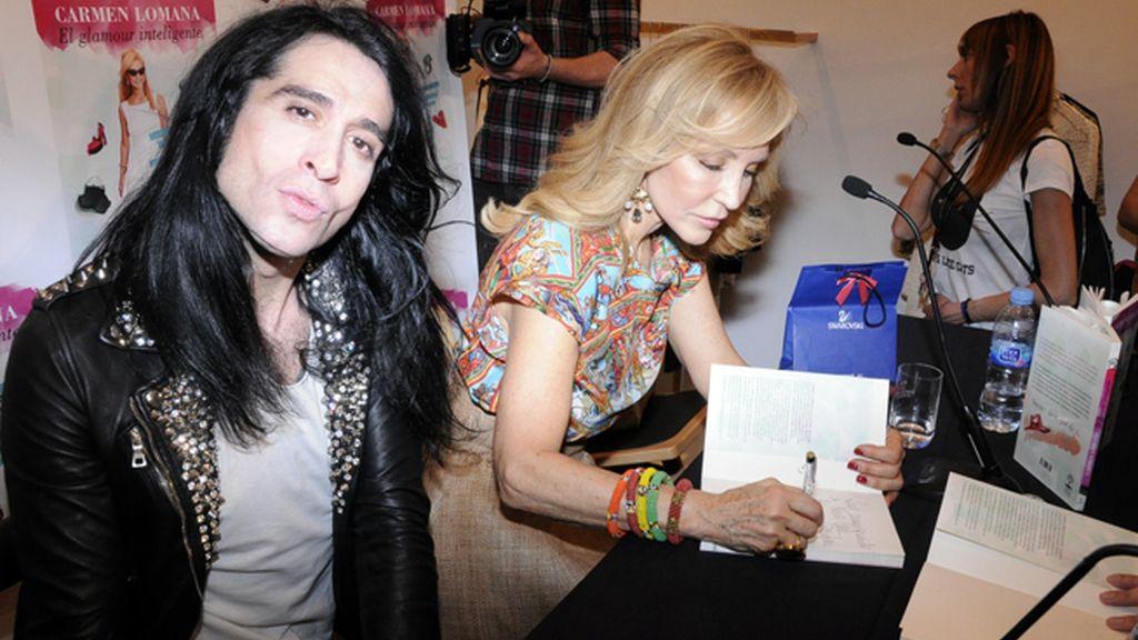 """Mario Vaquerizo junto a Carmen Lomana, que no paró de firmar ejemplares de """"El glamour inteligente"""""""