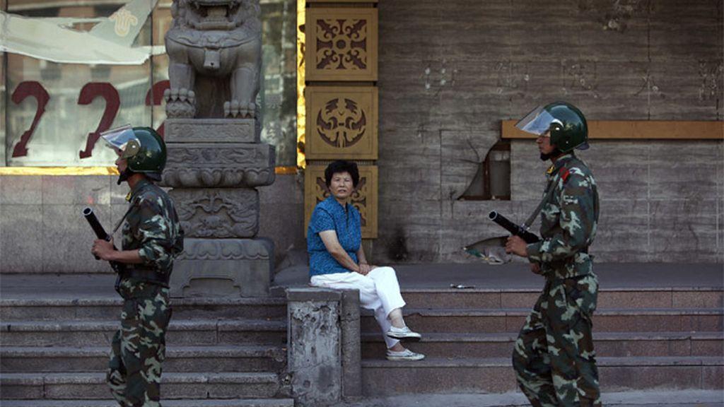 Policía china patrullando Urumqi