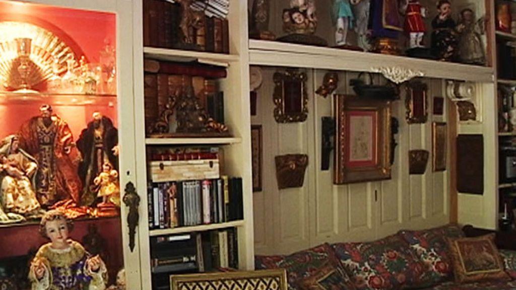 ...Y quien llena su casa de obras de arte de todo tipo