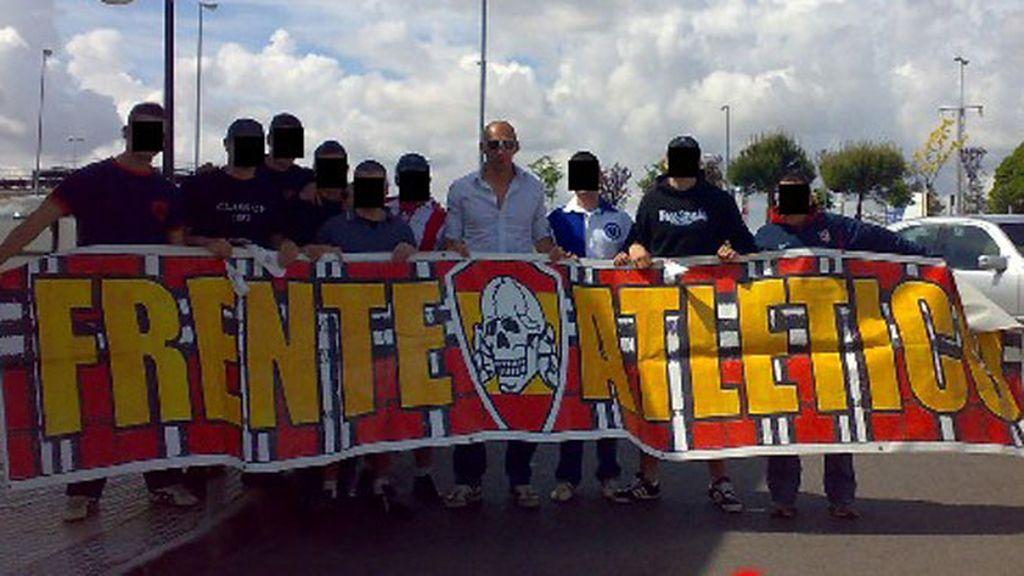 El portero Christian Abbiati posa con el 'Frente Atlético'