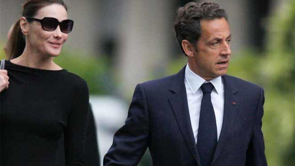 El presidente francés, Nicolás Sarkozy, junto a su esposa, Carla Bruni, mientras abandonana el Hospital de Val-de-Grace