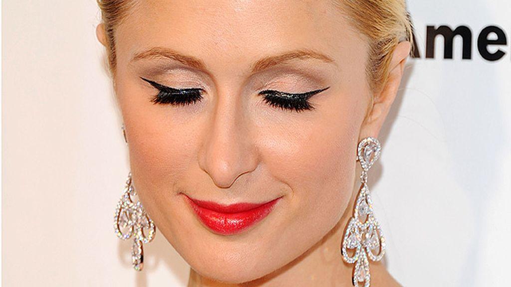 Paris Hilton luce extensiones de pestañas