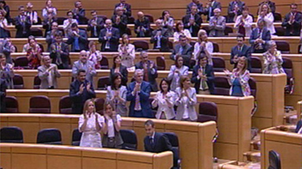 Los senadores del PP pide a gritos la dimisión de Zapatero y el PSOE le aplaude