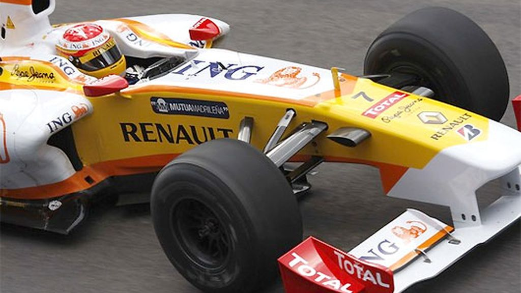 Fernando Alonso terminó contento su primera sesión de entrenamientos en el Algarve. FOTO: AP.