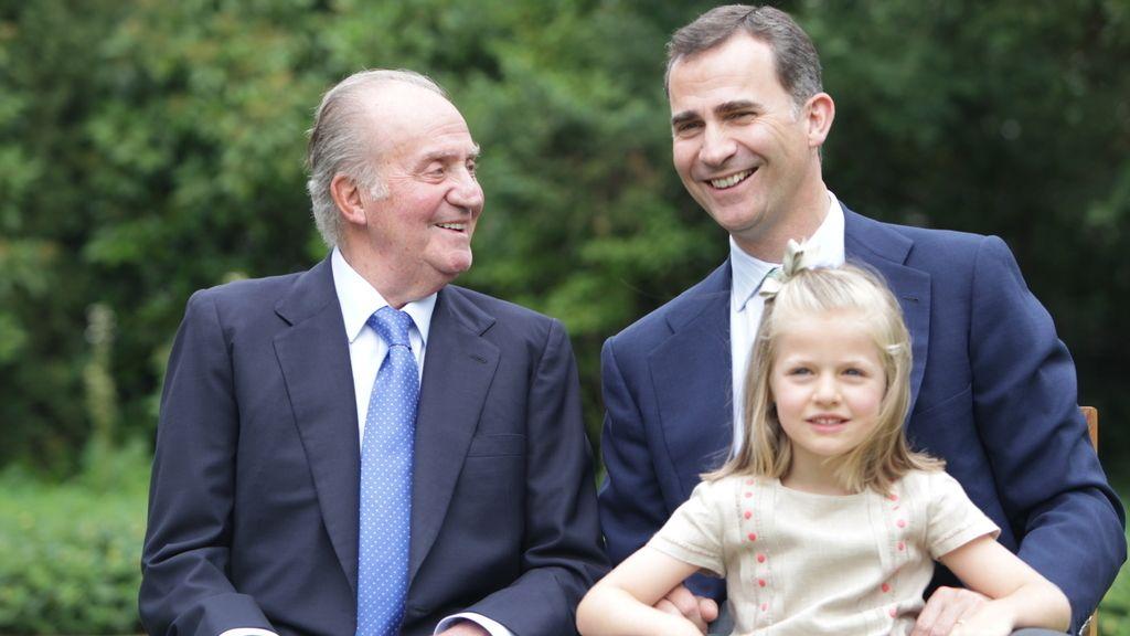 El rey junto al Príncipe Felipe y la Infanta Leonor