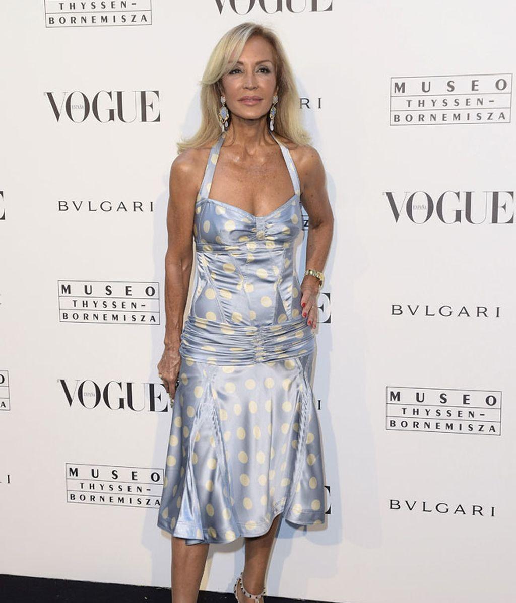 Carmen Lomana con vestido de lunares y sandalias de Valentino