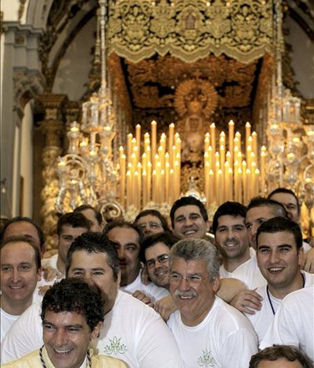 El actor Antonio Banderas (izda), mayordomo del trono de María Santísima de Lágrimas y Favores en las Cofradías Fusionadas, junto a los costaleros, antes de su salida, en el inicio de la Semana Santa de Málaga. EFE