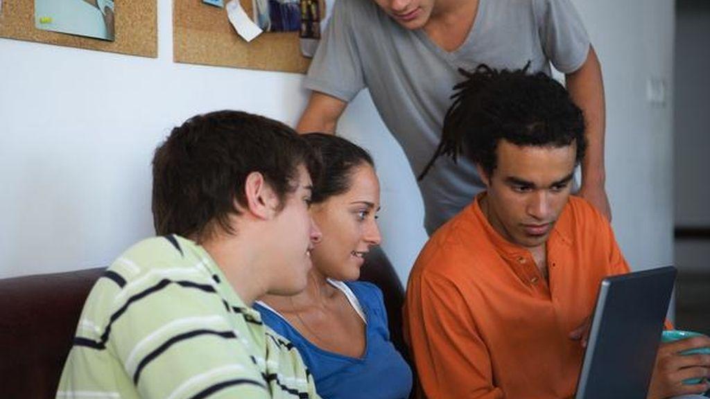 Un grupo de jóvenes ante el ordenador