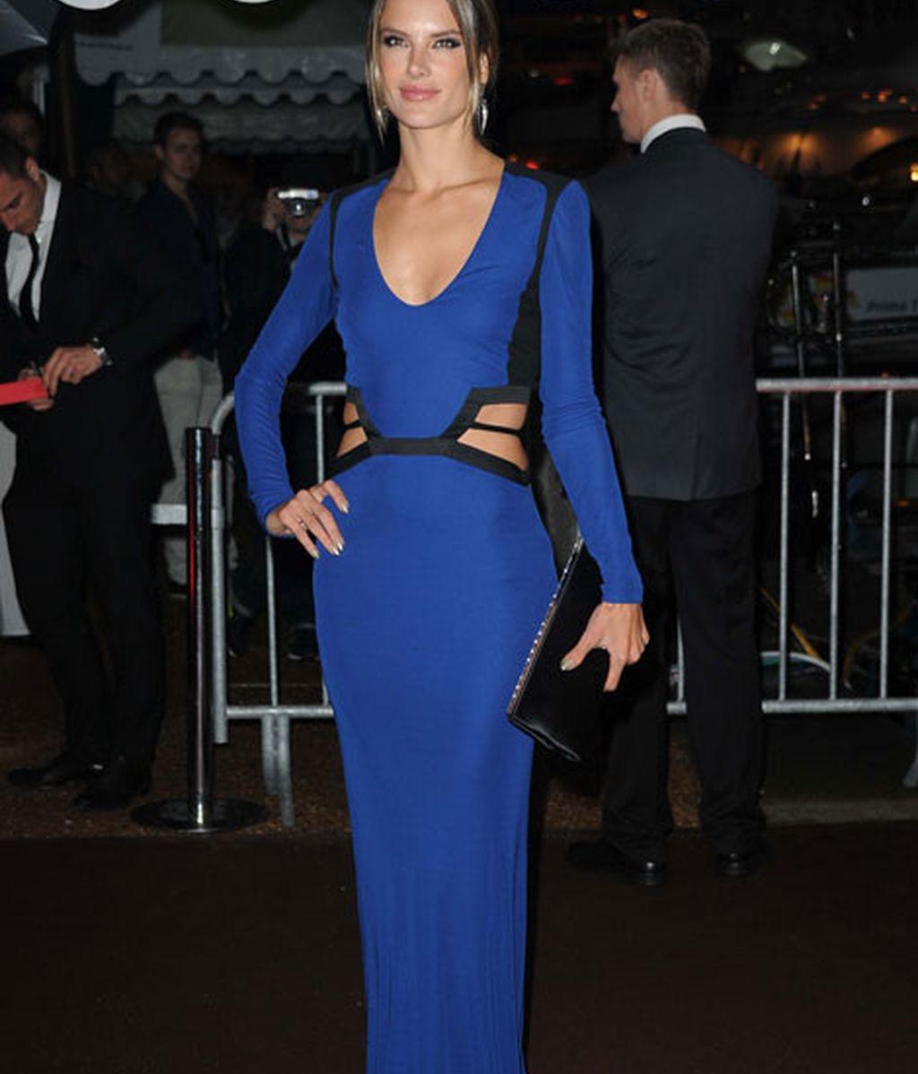 Alessandra Ambrosio, espectacular con un vestido azul klein