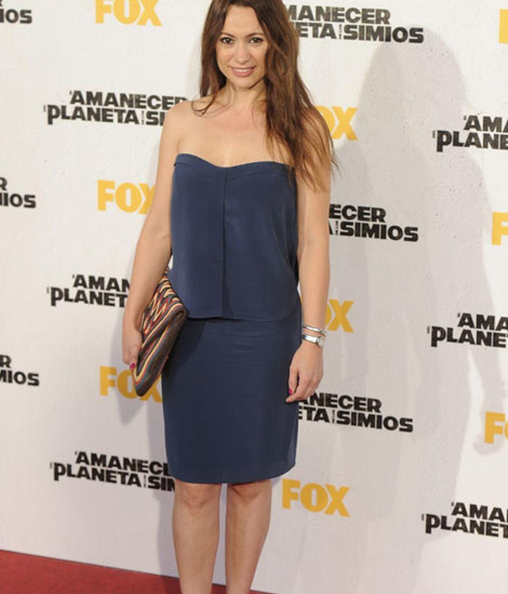 Natalia Verbeke con vestido palabra de honor de color azul