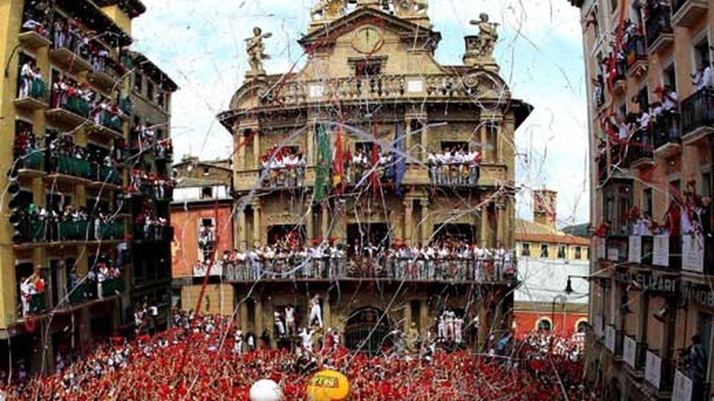 La plaza del ayuntamiento de Pamplona tras el chupinazo