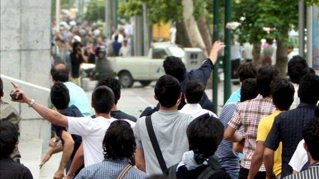 Varios manifestantes iraníes lanzan piedras a la policía durante los enfrentamientos que han llevado a cabo en las últimas horas, en las calles del norte de Teherán (Irán). Varios miles de partidarios del candidato reformista Mir Husein Musaví se manifiestan en el centro de Teherán para pedir la anulación de las elecciones presidenciales que dan la victoria al actual mandatario, el ultraconservador Mahmud Ahmadineyad. EFE