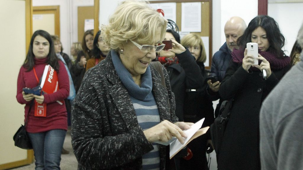 La alcaldesa de Madrid votando en su colegio electoral