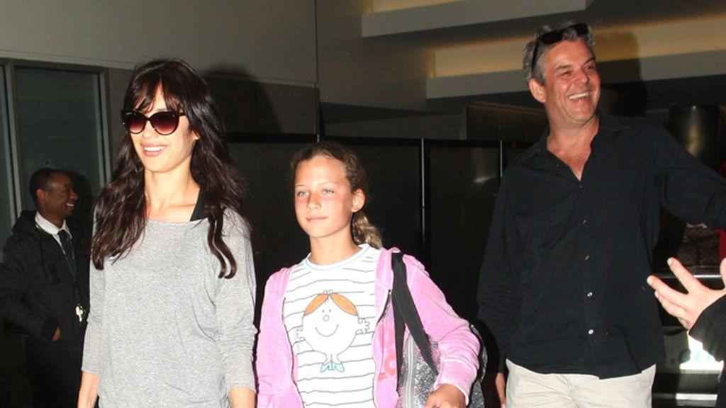 La actriz Olga Kurlyenko con su marido y su hija llegando al aeropuerto de LAX