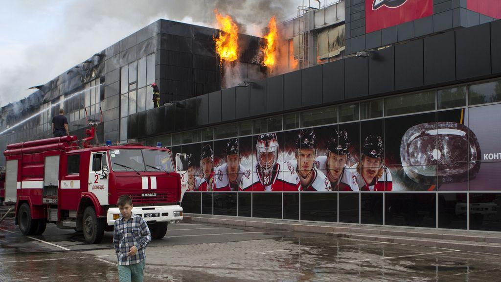 Los bomberos intentan extinguir un incendio en el aeropuerto de Donetsk
