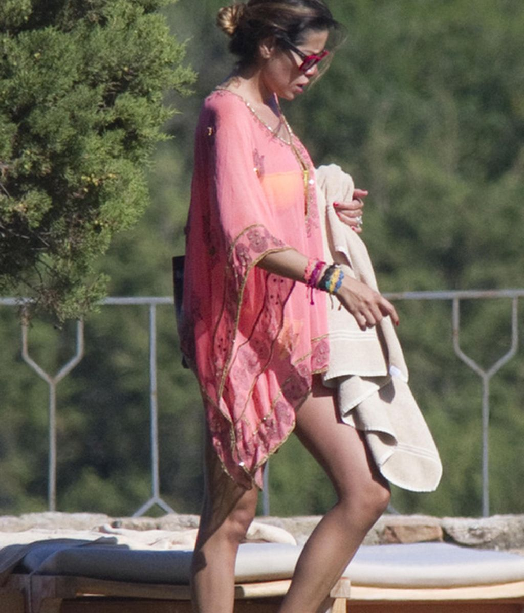 Aida Yespica, la novia de Özil, espera al futbolista en Cerdeña junto a su hijo