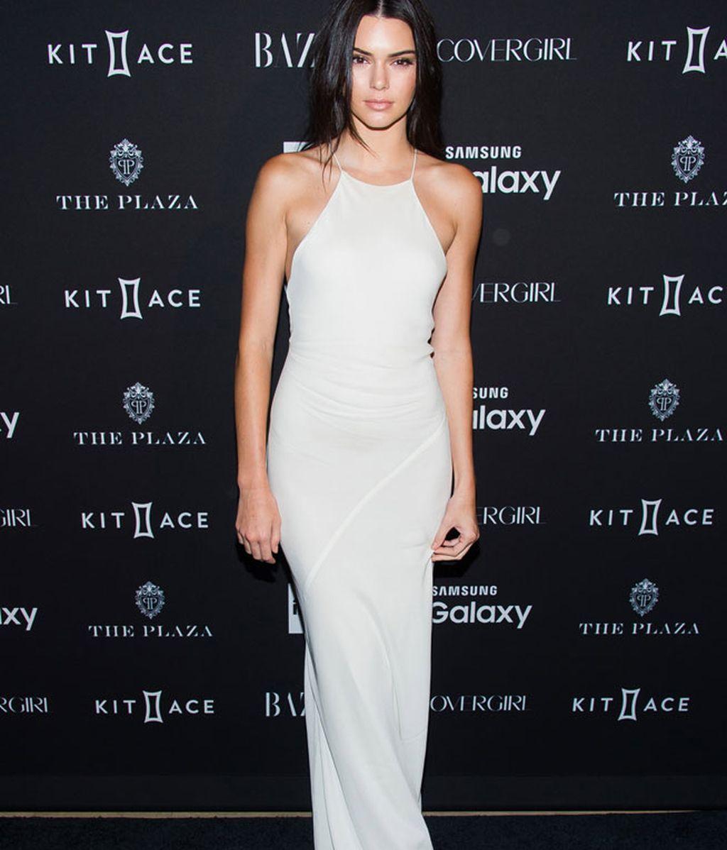 Kendall Jenner, con un maxi vestido en blanco roto