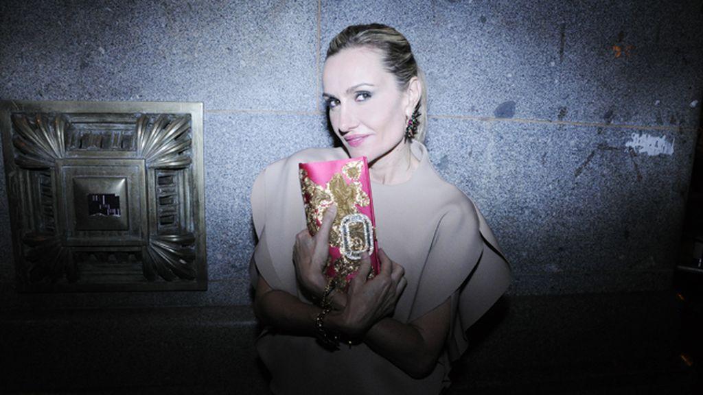 Clara Courel en el Círculo de Bellas Artes con top de Amaya Arzuaga, bolso de Roger Vivier y joyas de Antón Heunis