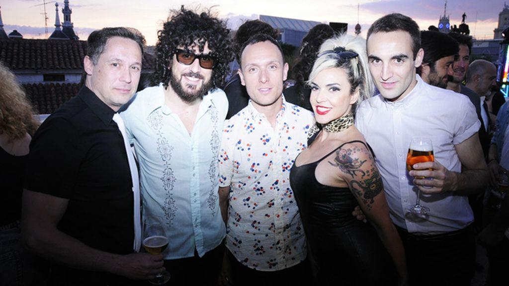 Silvia Superstar y su marido Edu posando con Israel Cotes, Gorka Postigo y Álvaro Gutiérrez