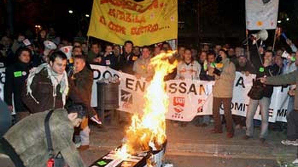 Trabajadores de la empresa Nissan Motor Iberica durante la manifestacion que han protagonizado por el centro de Barcelona. Foto: EFE.