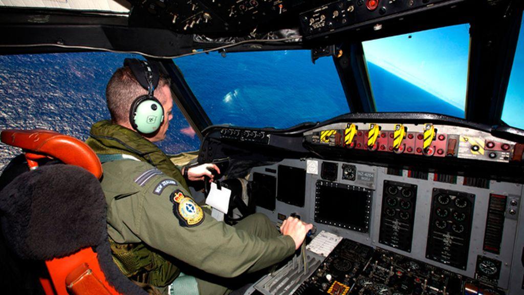 Aumenta la urgencia por hallar el avión desaparecido ante la debilidad de las señales