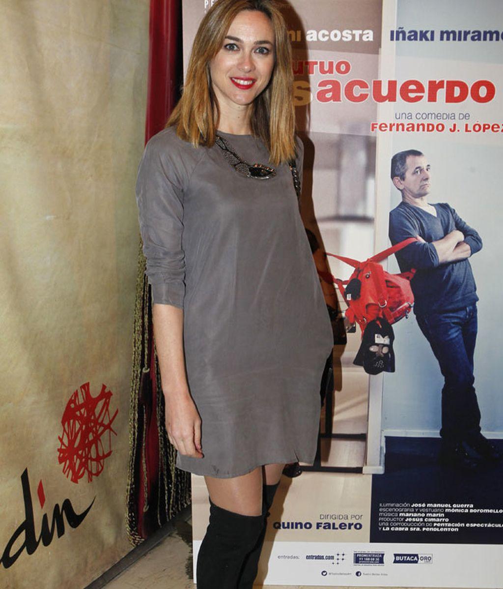 Marta Hazas eligió un cómodo vestido gris y botas negras