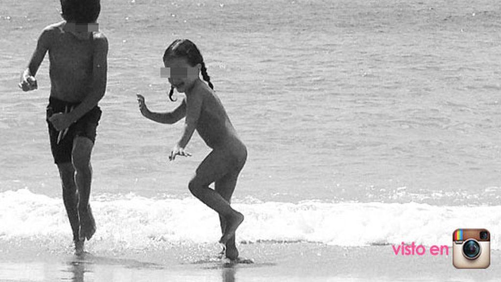 Los hijos de Nuria Roca bailan con el mar