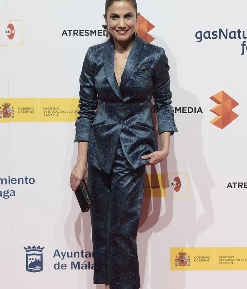 Toni Acosta, con chaqueta y pantalón de raso en tonoz azules