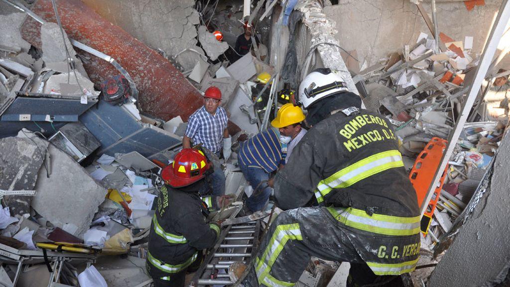 Los servicios de emergencias buscan supervivientes entre los escombros en el edificio de Pemex en México