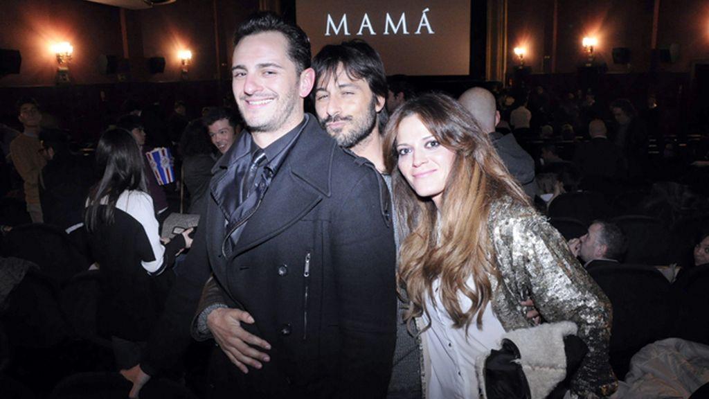 Asier Etxeandía, Hugo Silva y su acompañante en el interior del cine
