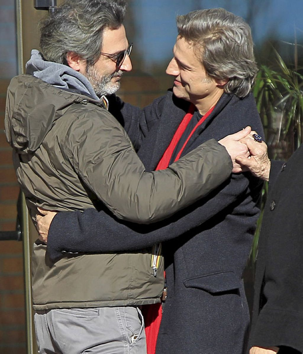 Ernesto Alteiro, abrazando a Alberto San Juan durante el entierro de su padre