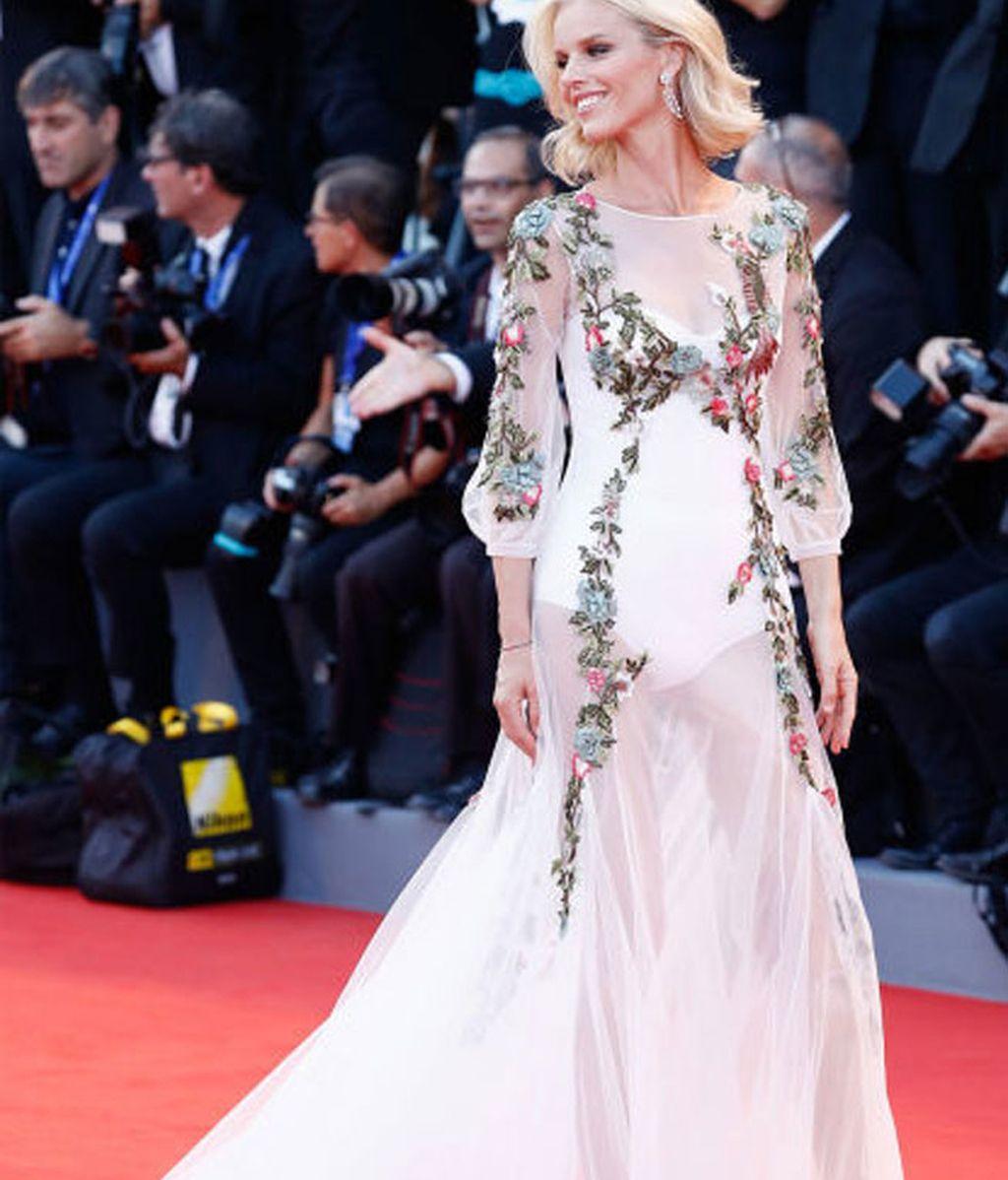 Eva Herzigova, con vestido blanco de encajes y transparecias de Alberta Ferretti