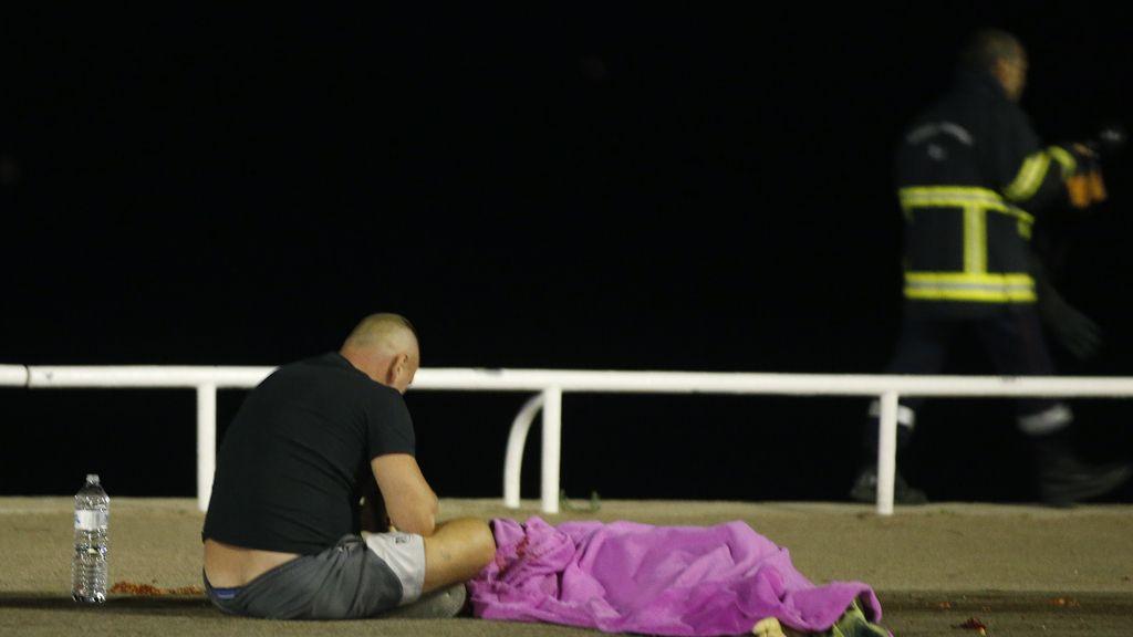 Un hombre llora desconsolado ante el cadáver de un familiar en Niza,