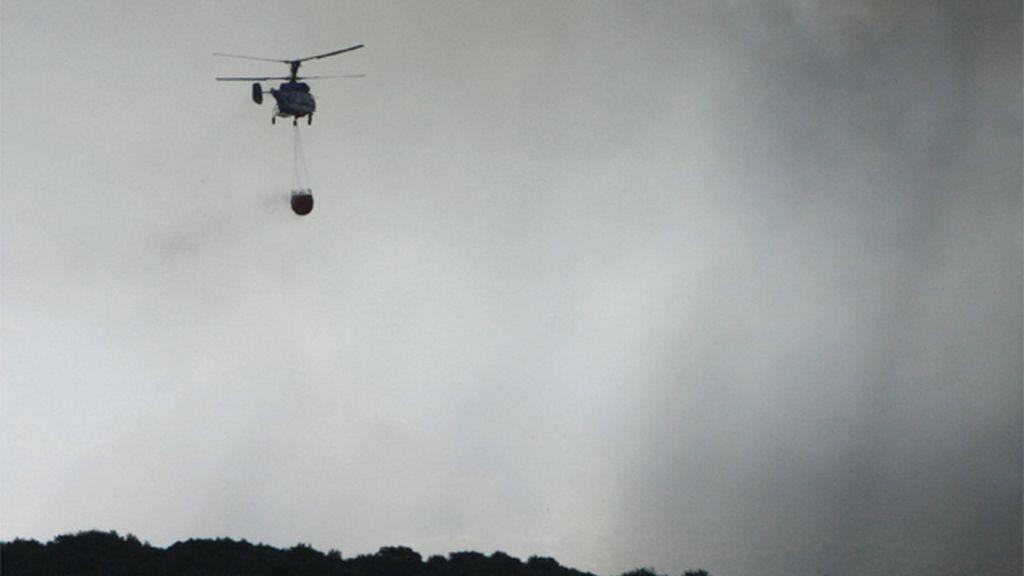 Un helicóptero extingue un incendio en Tarifa