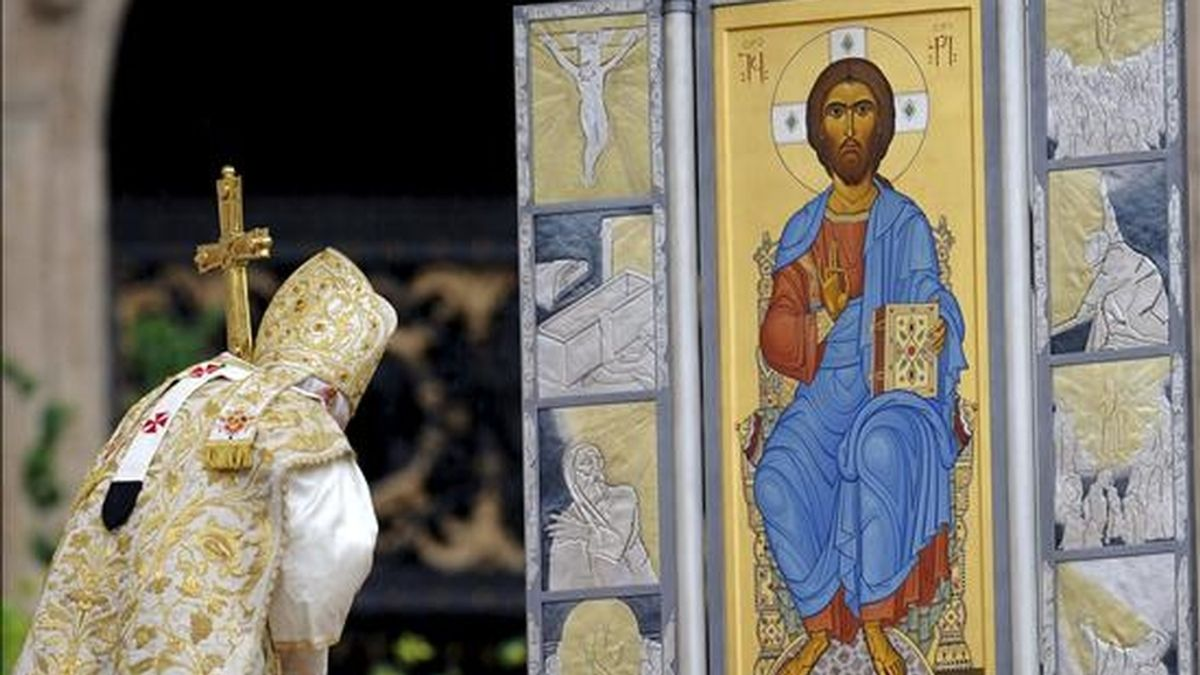El papa Benedicto XVI se inclina ante una imagen del Cristo Pantocrátor durante la misa del Domingo de Resurrección en el altar de la basílica de San Pedro en la Ciudad del Vaticano (Vaticano). EFE