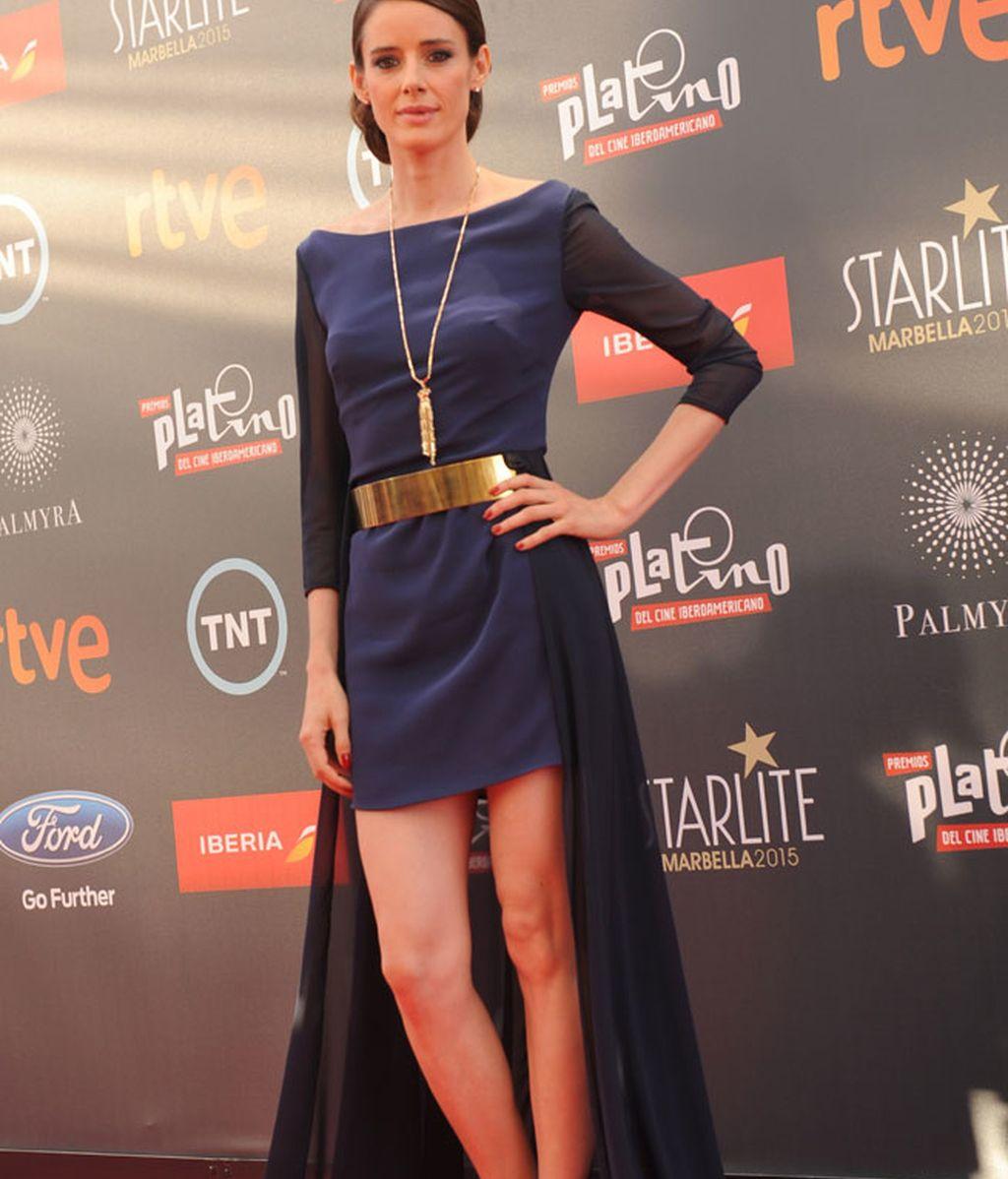 La actriz Pilar López de Ayala apostó por un vestido con cola de toques azules