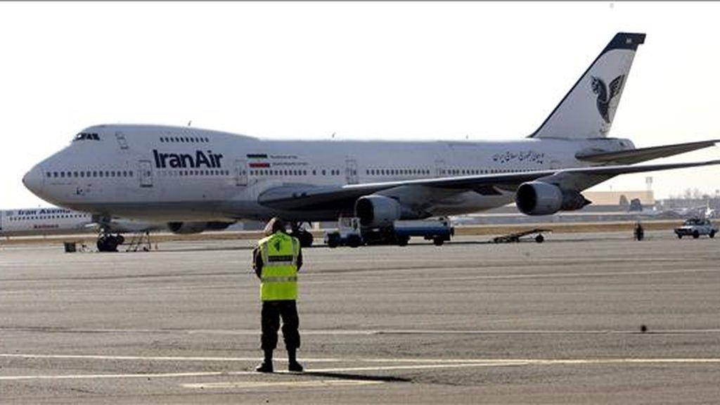 """Fotografía de archivo del 3 de enero de 2009 que muestra a un avión de Iran Air en el aeropuerto Mehr Abad de Teherán. Un avión de la compañía nacional iraní """"IranAir"""" con más de un centenar de personas a bordo se estrelló hoy en el noroeste de Irán, al parecer debido a la tormenta de viento y nieve que azota la zona. EFE"""