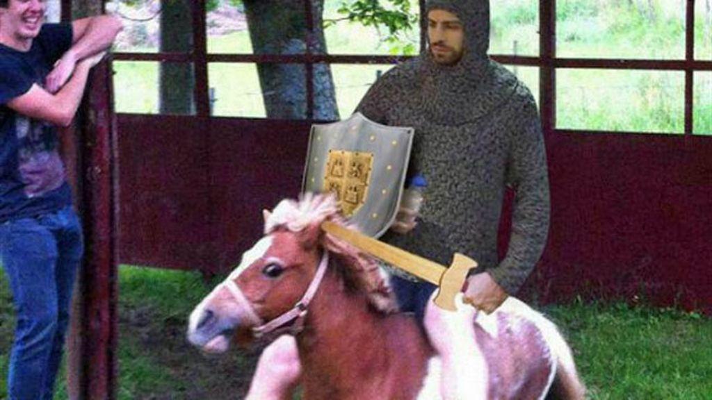 El defensa sorprendió con un 'look' de la Edad Media