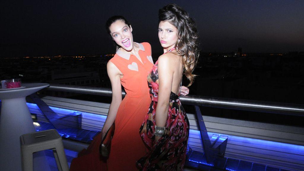 Ana Rujas, con un precioso vestido de Miranda Makaroff para Lydia Delgado, posando con Úrsula Corberó