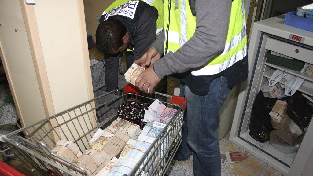 La policía se incautó de miles de euros en la operación contra el blanqueo de dinero de la mafia china en España