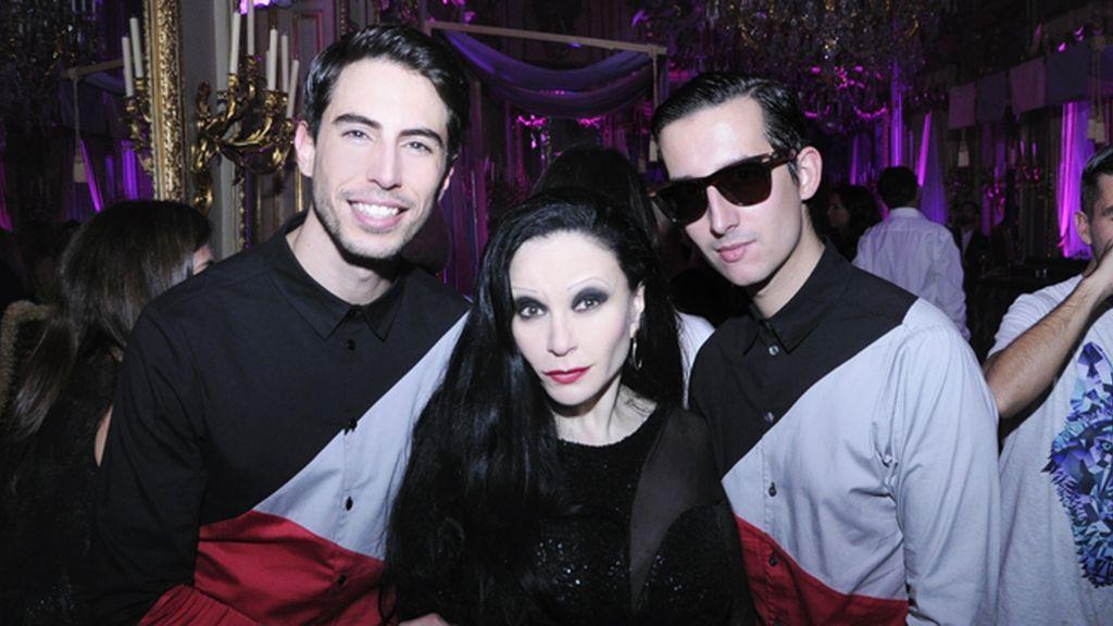 Junto a Alaska celebrando el lanzamiento de su perfume, con camisas de Modas Cabezón