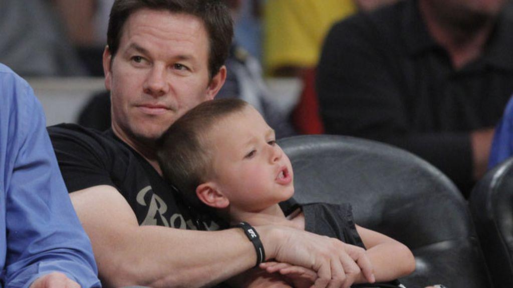 Mark Wahlberg con Michel, el segundo de sus cuatro hijos