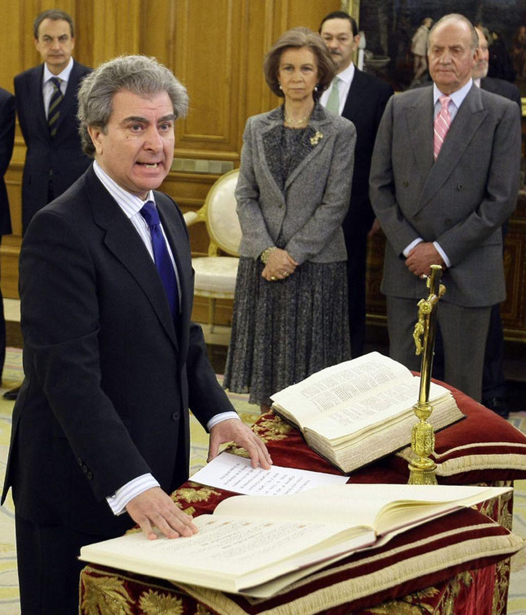 César Antonio Molina jurando el cargo de ministro de Cultura