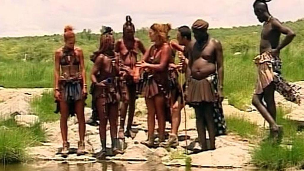 La familia Carrión-Roldán se va de excursión con los himba. Van a ver a una hechicera