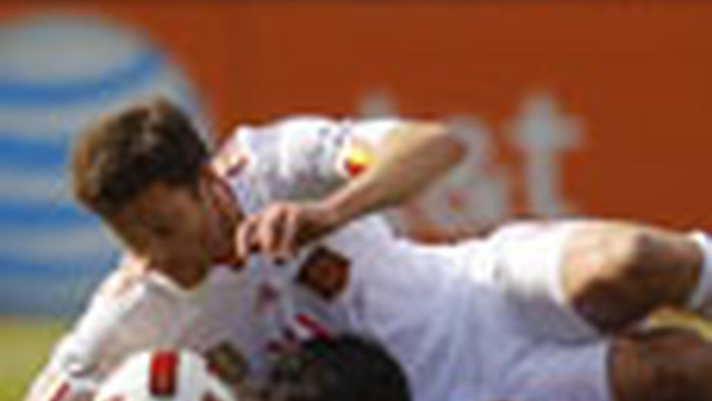 Xabi Alonso peleando un balón