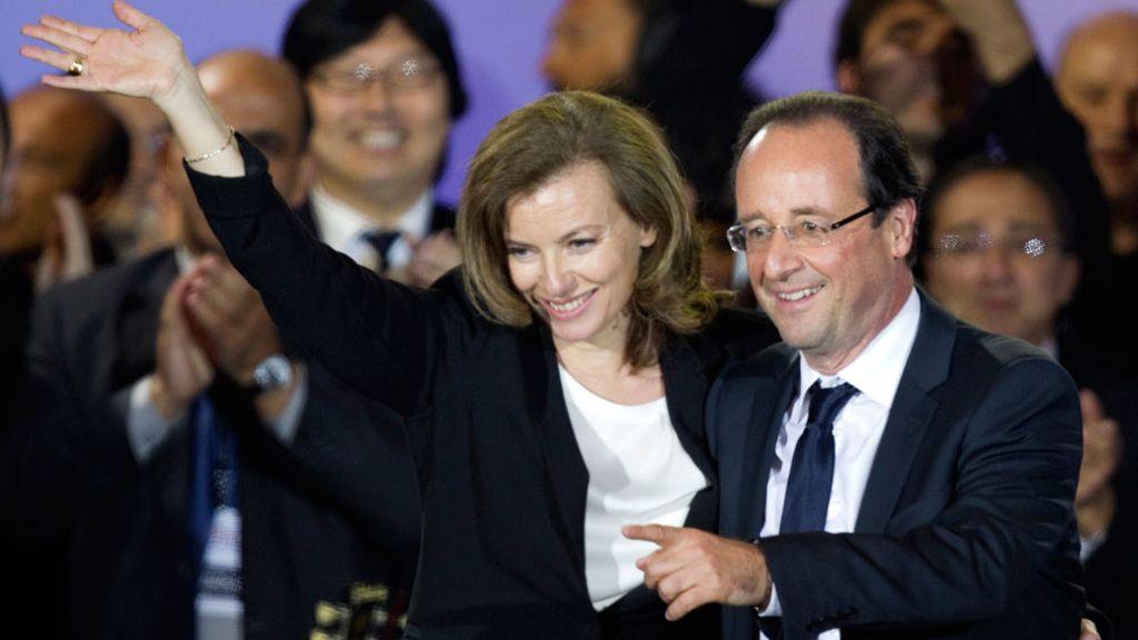 François Hollande junto a su mujer celebrando su victoria en la plaza de la Bastilla en Paris