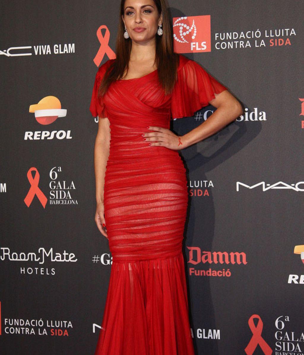 La actriz Hiba Abouk lució vestido rojo, el color de la lucha contra el SIDA