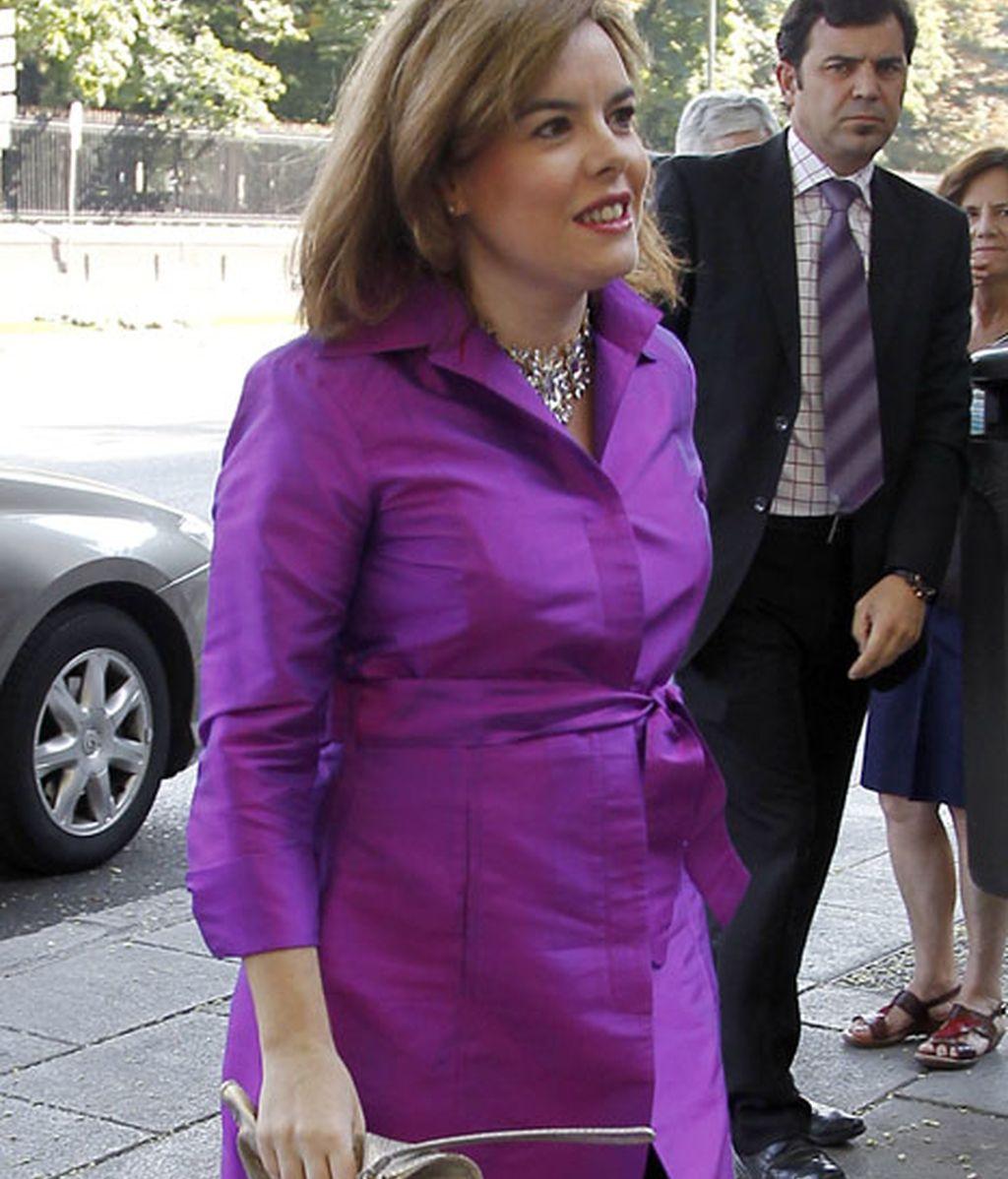 La vicepresidenta Soraya Sáenz de Santamaría acudió en tonos púrpuras